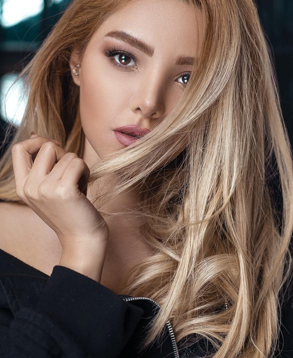 Model with light hair and hair extensions